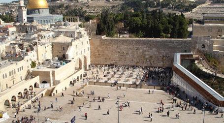 Jewish Tradition Under Siege at Jerusalem's Western Wall