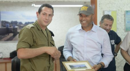 NY Yankees' Mariano Rivera Meets Soldiers on Israeli Military Base